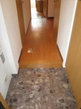 足元に不用品が広がっていた廊下が片付けで改善