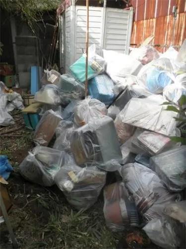遺品整理のため戸外に排出した不用品の山