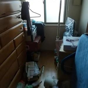 片付ける前の不用品で散らかった大阪市北区タワマンの部屋の状態