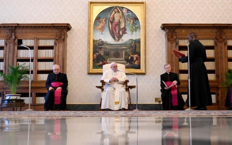 Papa Francisco | La oración te da nobleza, es capaz de asegurar la relación con Dios, quien es el verdadero Compañero del viaje del hombre