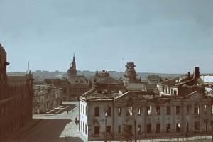 Blick über Häuserruinen in Charkow
