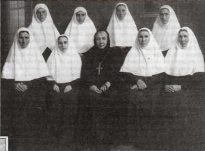 Игумения Александра со своей келейницей (слева от нее) и сестры подворья Серафимо-Дивеевского монастыря в Харькове