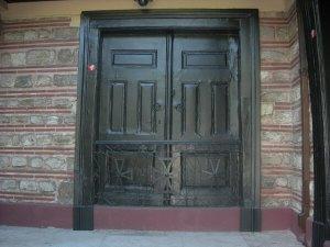Закрытые ворота патриархии, на которых был повешен Патриарх Григорий V.