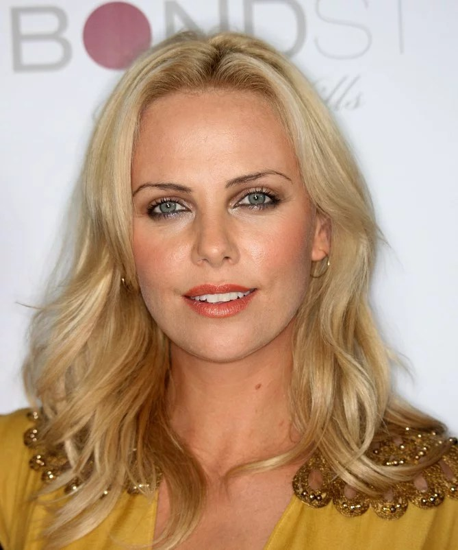 Charlize Theron cheveux longs