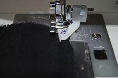 Bien aligner la partie plastique du pied sur le bord du pli