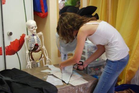 Aurélie est surveillée par Oscar, le squelette du local !