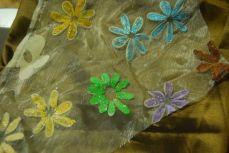 Sur le tissu de ma collègue et moi, les fleurs seront jaune-dorées et brunes