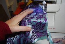 On coud ensuite la dentelle sur le tissu de contraste sur les côtés.s