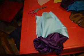 """Retourner la pièce en passant le tissu """"veste par desus le contraste"""