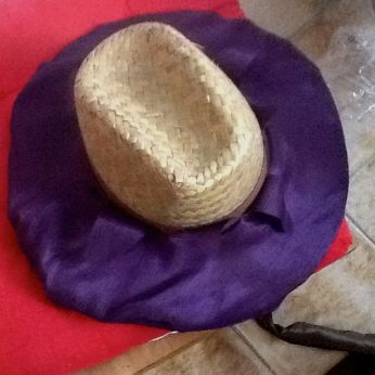 J'essaie quand même sur le chapeau pour voir si les fentes sont de la bonne taille !