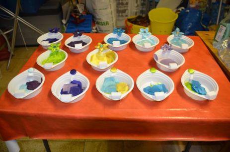Nous avions préparé des petits bols avec les disques découpés et des modèles de fleurs à faire