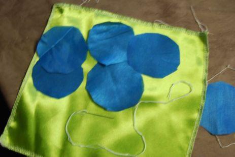 5 disques de tissu, un fil solide et une aiguille