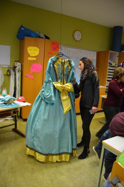 Mme Mayor s'est bine intéressée aux robes !