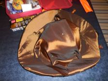Sur le dessus du chapeau on épingle le tissu sur l'envers, on épingle le tissu