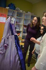 Nuray montre sa robe à Mme Mayor, l'une de ses enseignantes