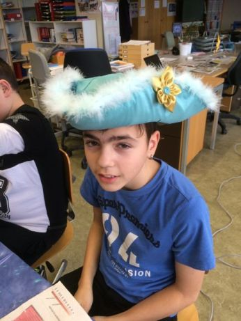 Damien a fait le mannequin pour le chapeau de Matteo qui n'était pas là