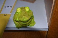 La grenouille d'Anaëlle doit encore être repailletée en vert brillant et vernie. Ensuite de gros yeux mobiles seront collés.