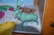 Le renne de Yasmina a été revernis, maintenant les paillettes tiennent bien, il faudrta lui mettre quelques touches de doré