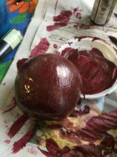 une pomme de sagex a été peinte en rouge et coupée en deux