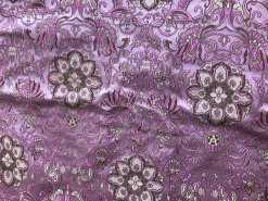 le tissu rose, l'autre a les couleurs inversées