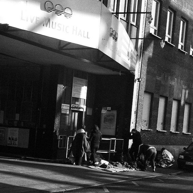 #MORGENS um #8Uhr: #Kinder mit #Schlafsäcken vor der #LiveMusicHall. #DONNERSTAGS!? Wer spielt denn da? Und müssen die nicht in die #Schule? #LMH #cologne #thisiscologne #Köln #Koeln #Ehrenfeld Instagram