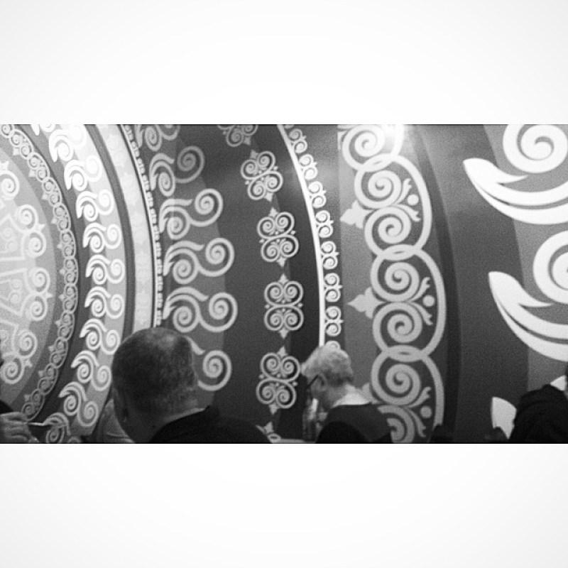 Indischer Tapetenwahnsinn in #Wiesbaden. Seid froh dass ich das Foto nicht in Farbe poste (#twitter) Instagram