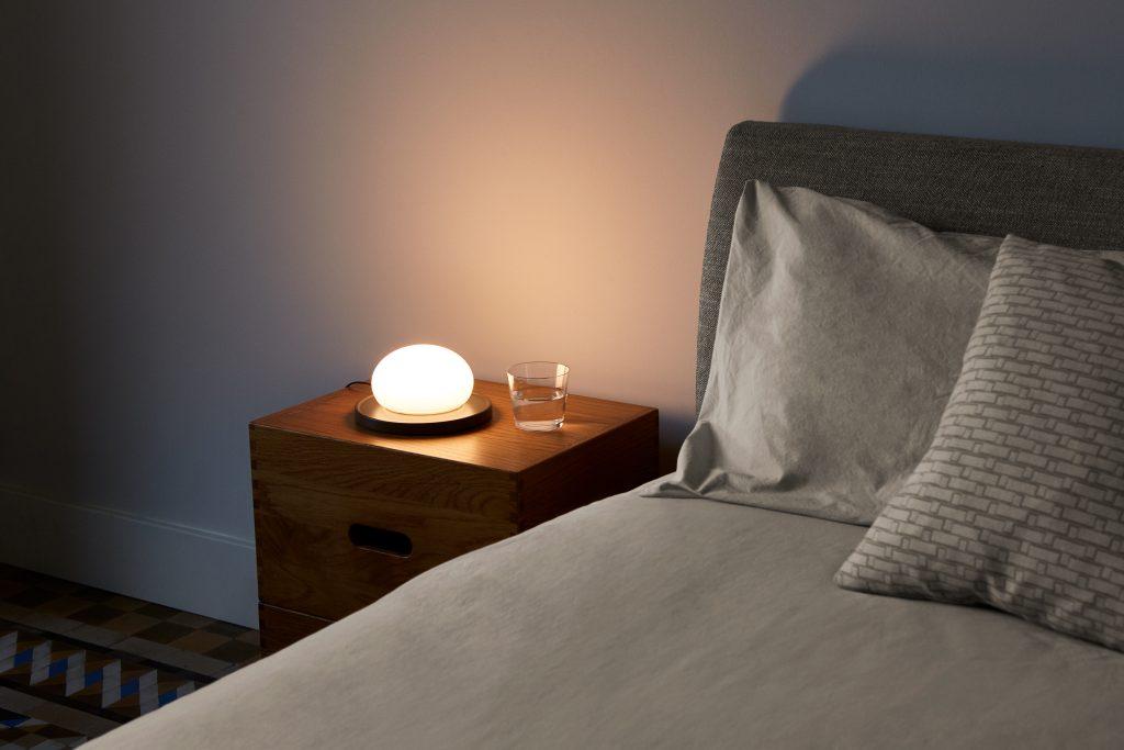Lámpara Bolita en una mesita de noche