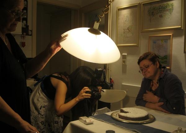 BSa snimanja: Ivanka Biluš pridržava svjetiljku, Marina Filipović Marinshe snima, a Božica Brkan navija da što prije počne kušanje (Snimio Miljenko brezak / Acumen)