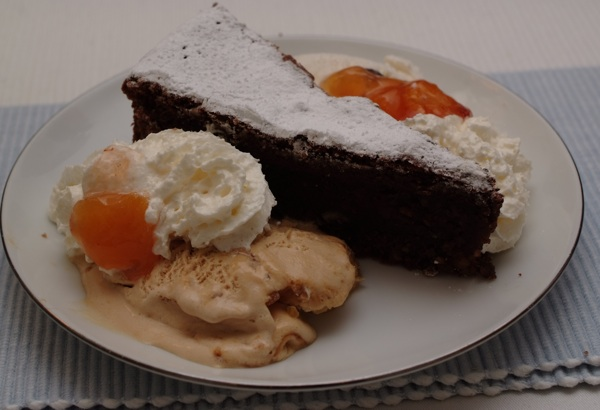 Pun tanjur raskoši: sa sladoledom, tučenim vrhnjem, džemom od marelice, bademima... (Snimila Marina Filipović Marinshe / Acumen)