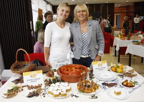 Kuharica Marijana Novina i Dobrila Kezele sa svojim izložbenim stolom (Snimio Dražen Kopač / Acumen)