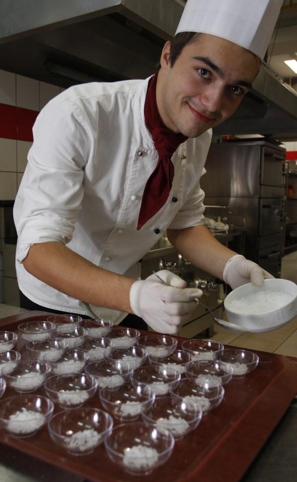 Chef Jadran raspodijeljuje suhi led za sladoled (Snimio Dražen Kopač / Acumen)