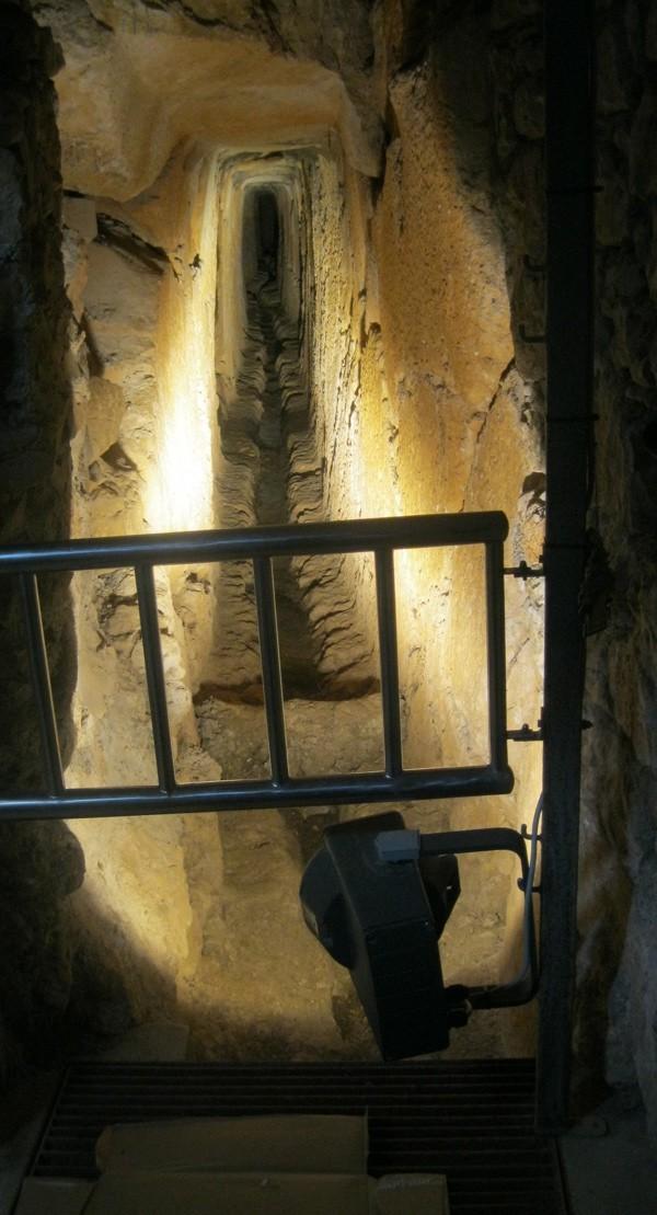 Dvije tisuće godina star novaljski vodovod prokopan u živoj stijeni (Snimio Miljenko Brezak / Acumen)