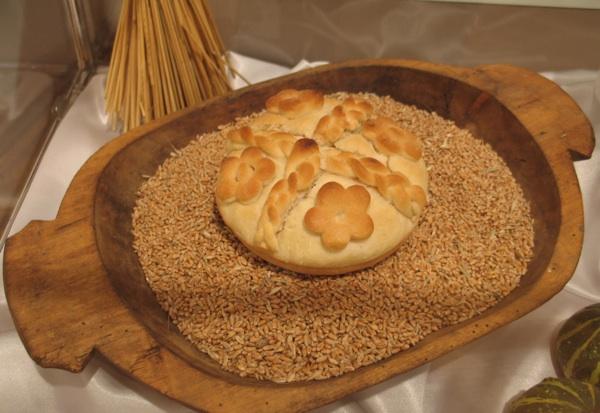 Jedan od brojnih izloženih obrednih kruhova (Snimila Božica Brkan / Acumen)
