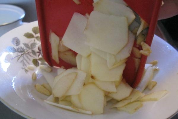 Ribane ploške jabuke za američku tortu, za prvu režit ejabuke na kockice, a za treću slasticu ih naribajte na rezance (Snimila Božica Brkan / Acumen)