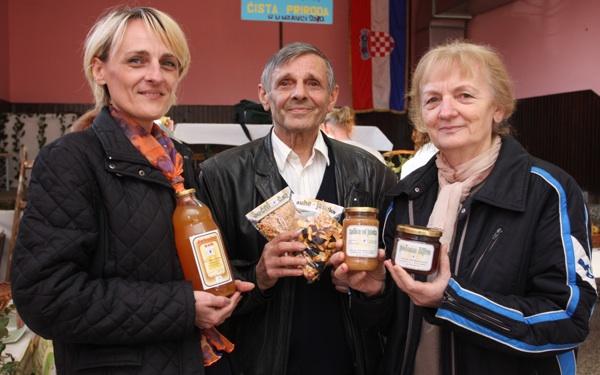 Blanka Sremac s roditeljima, Ivanom i Ružom Bašić sa svojim proizvodima (Snimio Dražen Kopač / Acumen)