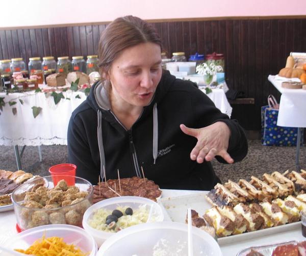 Suzana mi objašnjava kako je pripremila svoje slastice (Snimila Božica Brkan / Acumen)