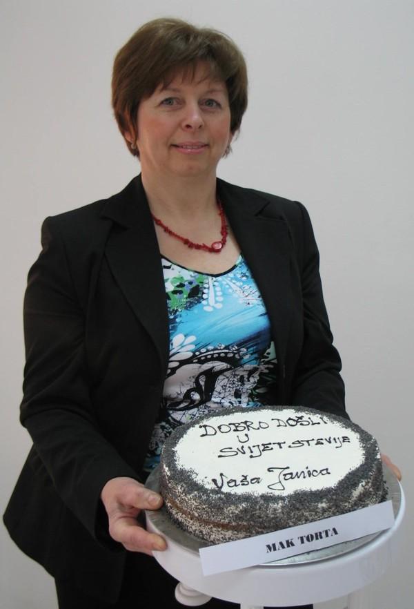 Dragica Škulec s mak tortom sa stevijom za dobrodošlicu (Snimila Božica Brkan / Acumen)