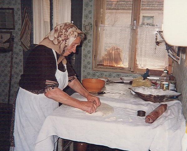 Domaćina iz Koprivničkih Brega mijesi (Fotografija Muzej prehrane Podravka)