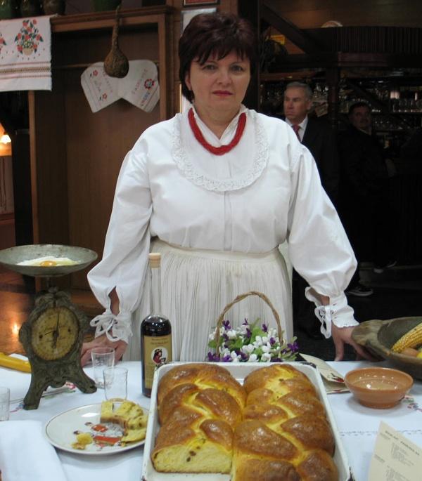 Nevenka Vorih sa svojim modernim starinskim kolačem (Snimio Miljenko Brezak / Acumen)