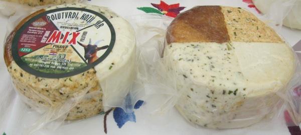 Kolut kozjega sira sa četiri okusa iz Mljekare Radočajevih ovjenčan je mnogim nagradama za kakvoću, a kao prvi takav naputovao se i svijetom kao suvenir s Plitvičkih jezera (Snimio Miljenko Brezak / Acumen)