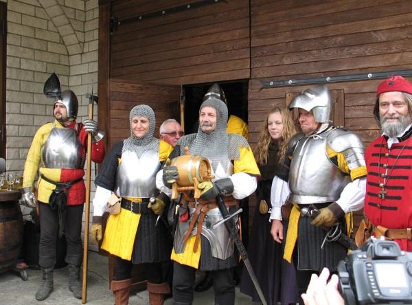 Đuro Kos otvara vrata svog podruma i za kostimiranu vitešku štibru (Snimila Božica Brkan / Acumen)