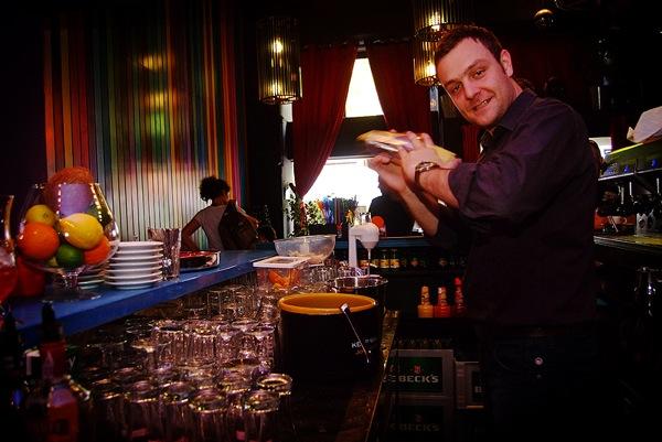 Alan Petrović u svom svijetu miješanja pića u kafeu Kina Grič u Zagrebu (Snimila Marina Filipović Marinshe / Acumen)