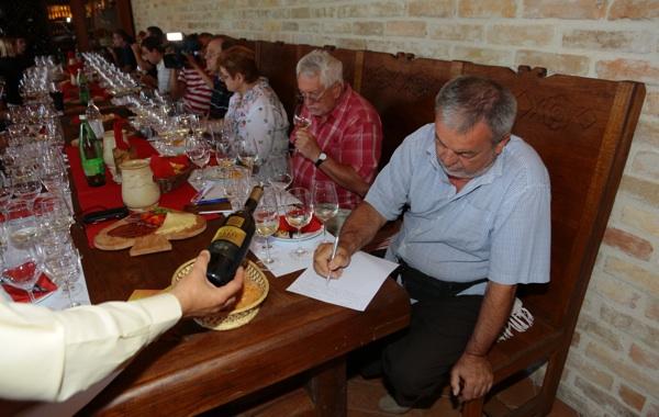 Koncentracija na jedno u nizu odličnih vina - vaša spisateljica i urednica Oblizeka Božisa Brkan treća zdesna (Fotografija Agrokorvina)