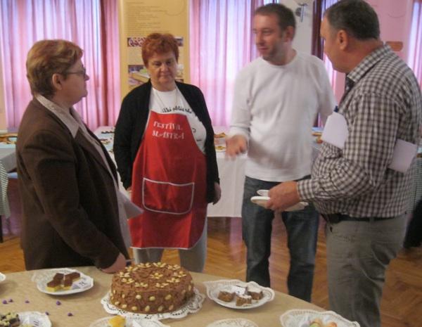 Majstor Haris Salčinović ocjenjivačkom sudu hvali konkurentsku tortu gospođe Kozine (Snimio Miljenko Brezak / Acumen)