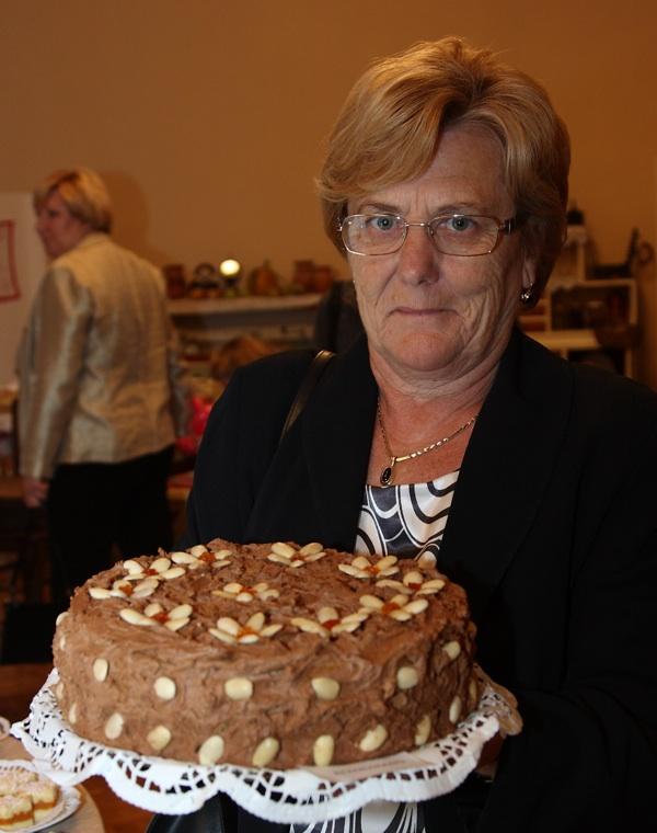 Portret gospođe Marije Kozine s njezinom nagrađenom Štefanijinom tortom (Fotografija Općina Križ)