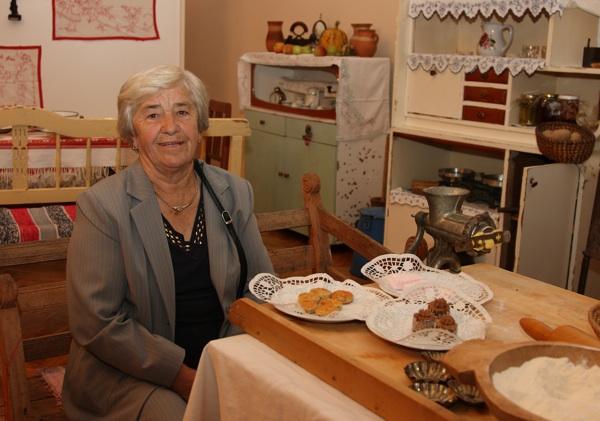 Marica Vitković iz Razljeva, najstarija sudionica festivalkoga natjecanja, pozire novinarima u replici starinske kuhinje (Fotografija Općina Križ)