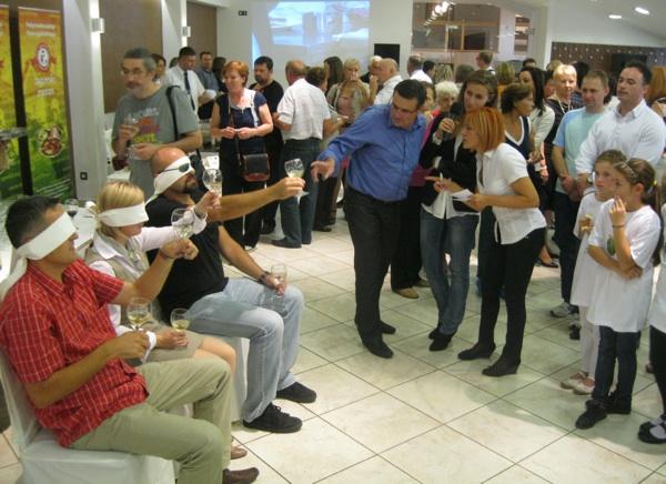 Dok su se kuhari znojili u kuhinji, publika se takošer za nagrade natjecala u (pre)poznavanju vina (Snimio Miljenko Brezak / Acumen)