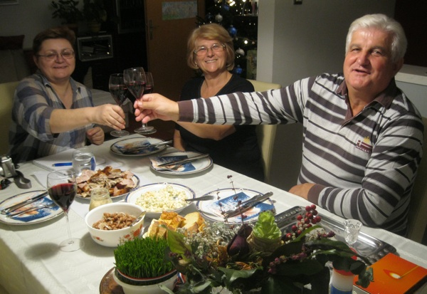 Urednica Oblizeka Božica Brkan s domaćinima Milki i Stipi Bunjevac nazdravlja u čast njihovoj odličnoj tradicijskoj pečenici (Snimio Miljenko Brezak / Acumen)