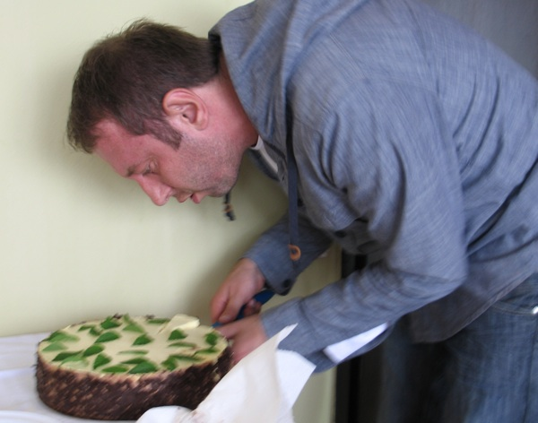 Haris Salčinović: koncentracija na rezanje jedne od torti iz trolista za ocjenu (Snimio Miljenko Brezak / Acumen)