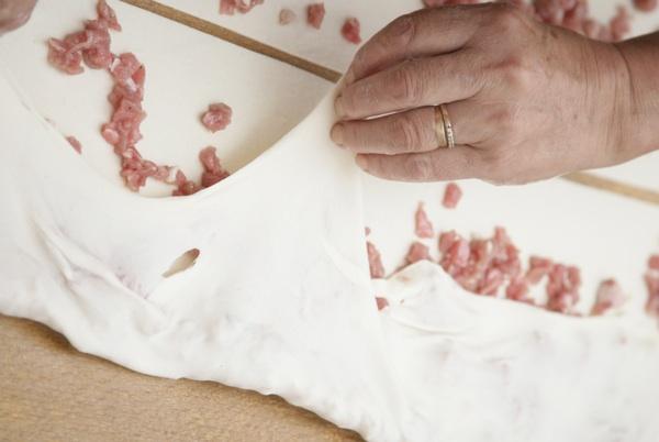 Savijanje pite s mesom (Snimio Igor Šeler Gorki / Blue Studio / Acumen)